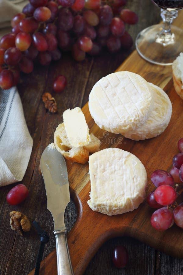 Французский козий сыр, красная виноградина и стекло красного вина стоковые фотографии rf