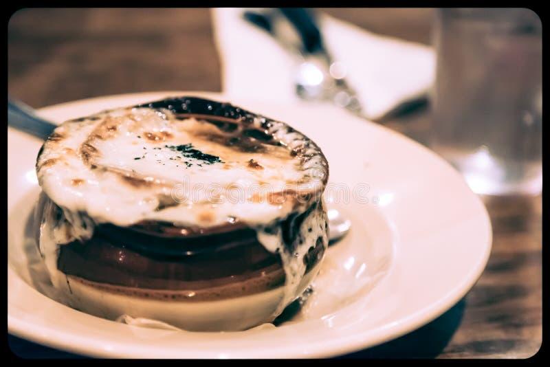 Французский луковый суп в глиняном кувшине стоковые изображения rf