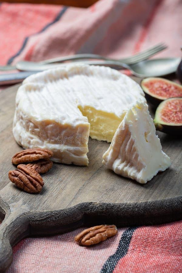 Французский мягкий сыр камамбера, первоначальный конец Камамбера de Normandie вверх стоковое изображение rf