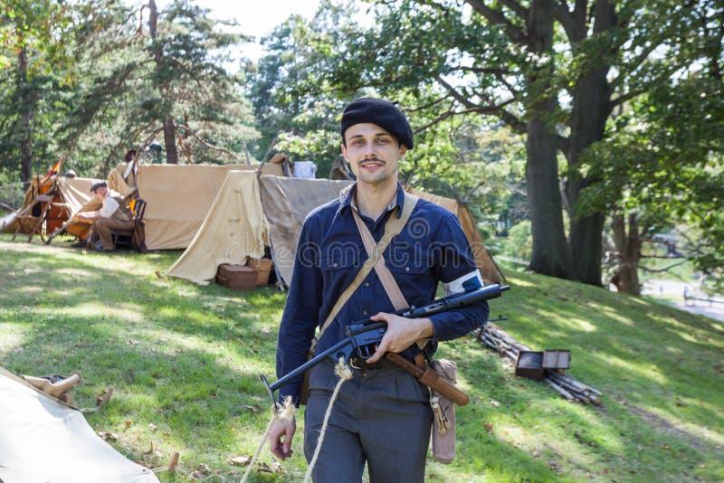 Французский участник Сопротивления с винтажным оружием Sten стоковое изображение