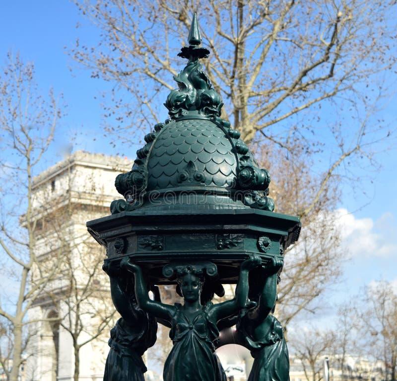 Французский фонтан стоя в парижской улице стоковая фотография rf