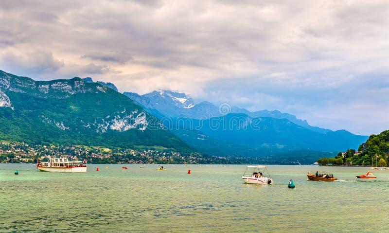 Француз Альпы над озером Анси стоковые фотографии rf