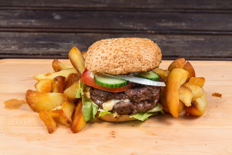 франчуз быстро-приготовленное питания жарит гамбургер стоковое фото