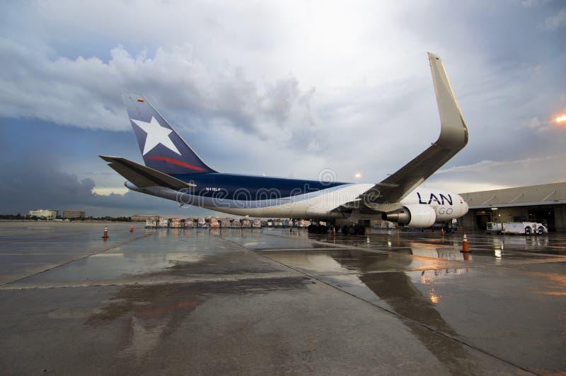 Фрахтовщик Боинга 767 на пандусе груза Lan стоковые изображения rf