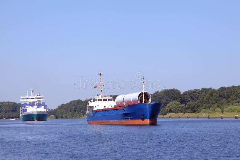 Download Фрахтовщик и корабль фидера на канале Киля Стоковое Изображение - изображение насчитывающей трубы, уровень: 33732251