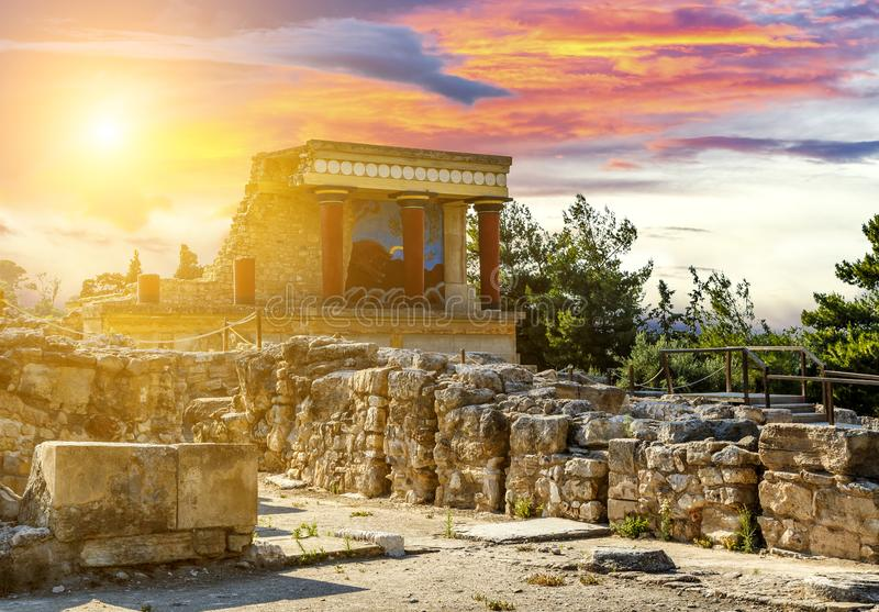 Фреска с быком и 3 столбца во дворце Knossos под заходом солнца, островом Крита, Грецией стоковые фотографии rf