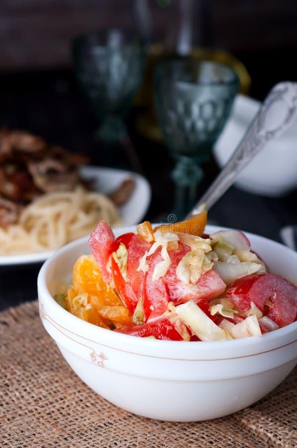Фрикадельки в сладостном и кислом томатном соусе стоковые изображения