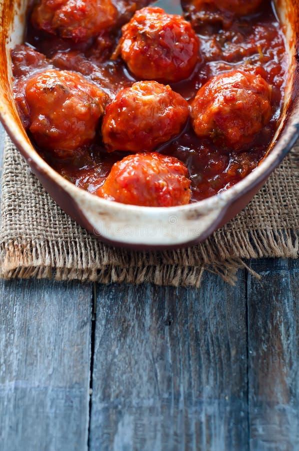 Фрикадельки в сладостном и кислом томатном соусе стоковое изображение rf