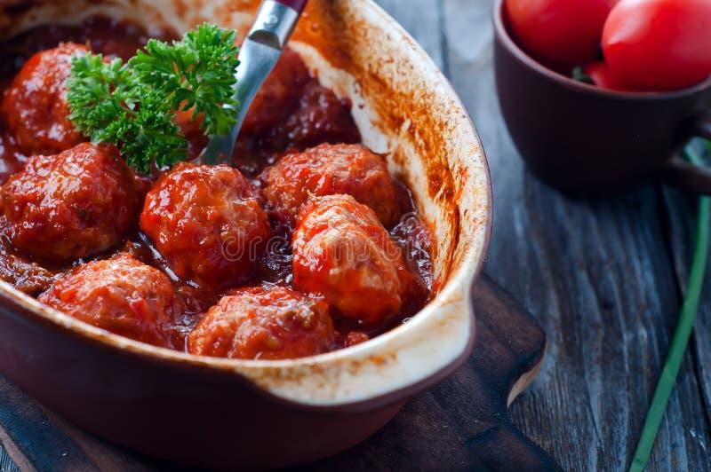 Фрикадельки в сладостном и кислом томатном соусе стоковая фотография rf