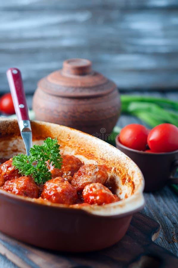 Фрикадельки в сладостном и кислом томатном соусе стоковая фотография