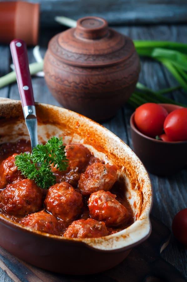 Фрикадельки в сладостном и кислом томатном соусе стоковое фото rf