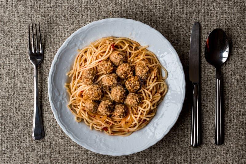 Фрикадельки с спагетти bolognese в белой плите стоковая фотография rf