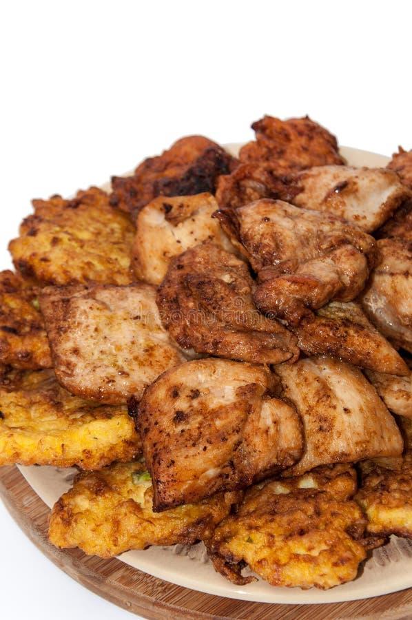 Фрикадельки цукини с куриными грудками зажарили на масле стоковые фото