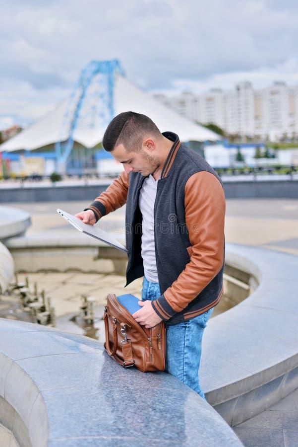 Фрилансер кладет ноутбук в сумку стоковые фото