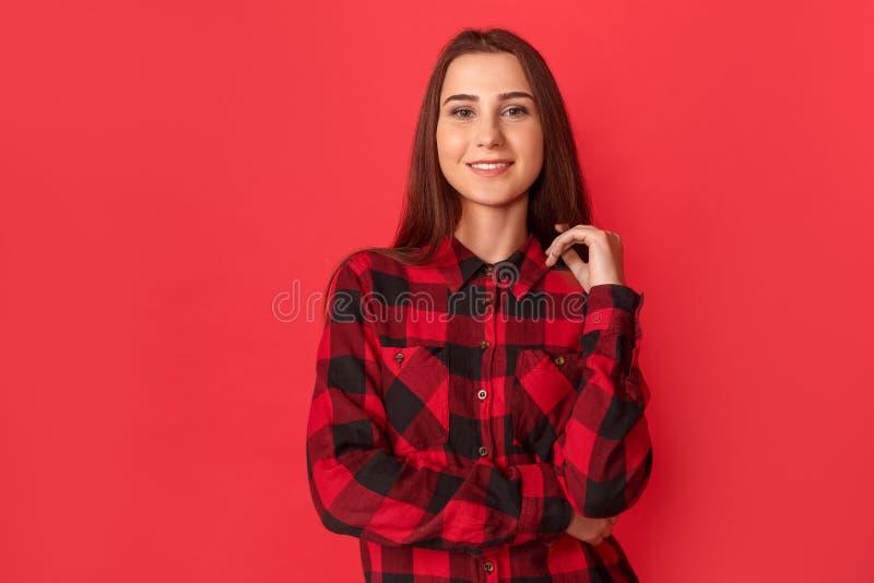 фристайл Положение молодой женщины на красном цвете стоковая фотография