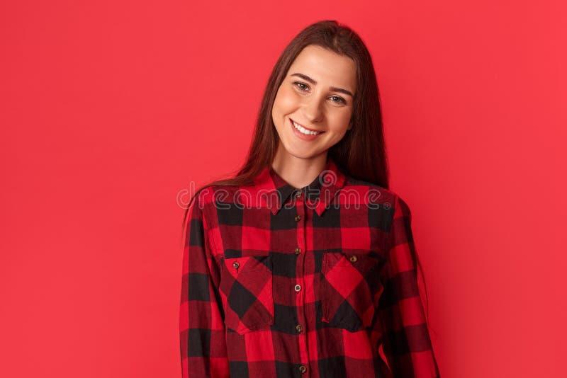 фристайл Положение молодой женщины на красный усмехаться жизнерадостный к камере стоковое изображение rf