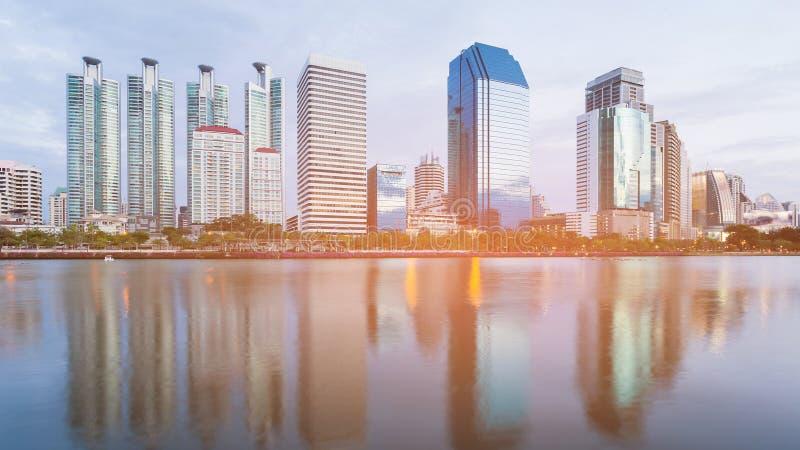 Фронт воды офисного здания города с отражением стоковая фотография rf