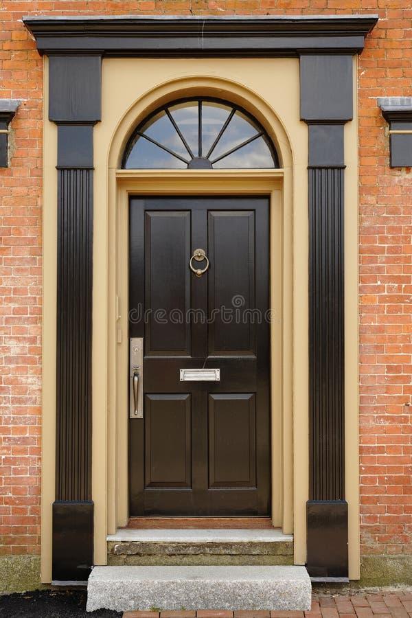фронт двери здания кирпича шикарный стоковая фотография