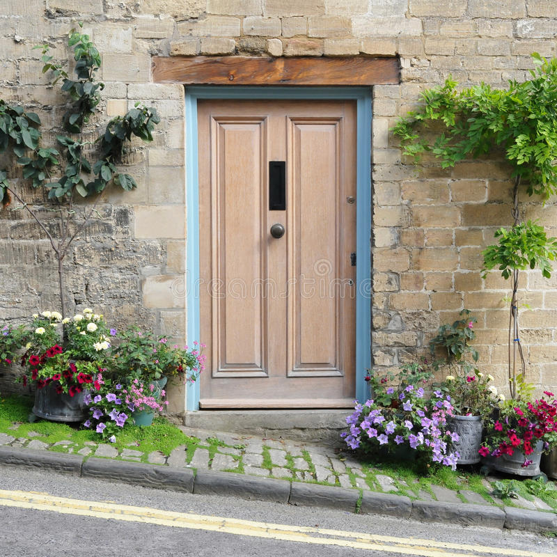 фронт двери коттеджа стоковое фото rf