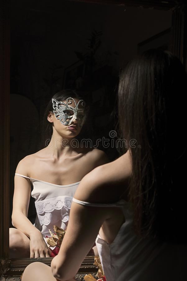 Фронт девушки зеркала стоковые изображения rf