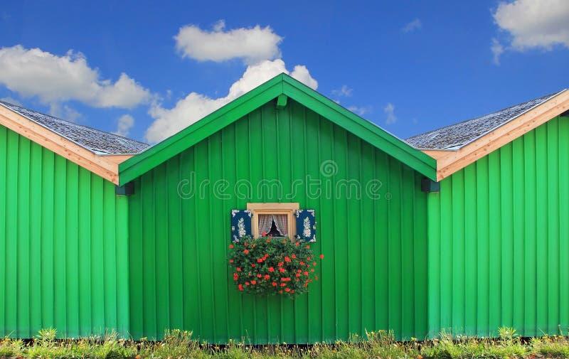 Фронт зеленых домов шлюпки с традиционным баварским окном стоковые фотографии rf