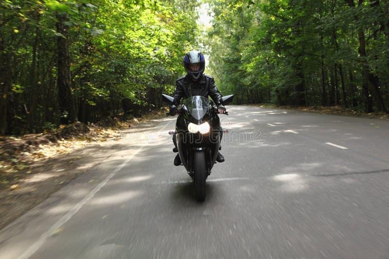 фронт идет взгляд дороги motorcyclist стоковое изображение