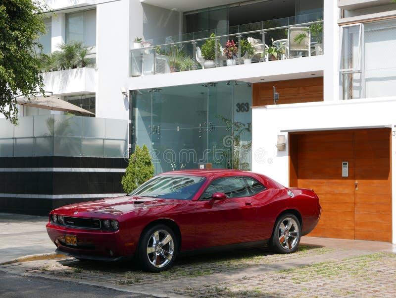 Фронт и взгляд со стороны красного состояния мяты увертывают претендент SRT8 392 Hemi припаркованное в Miraflores, Лиме стоковое фото