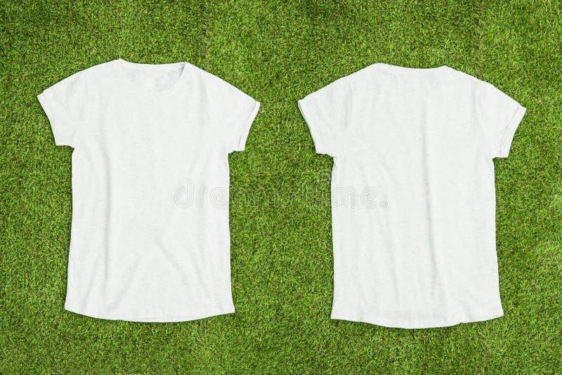 Фронт и задняя часть белой пустой футболки на предпосылке травы стоковые фотографии rf