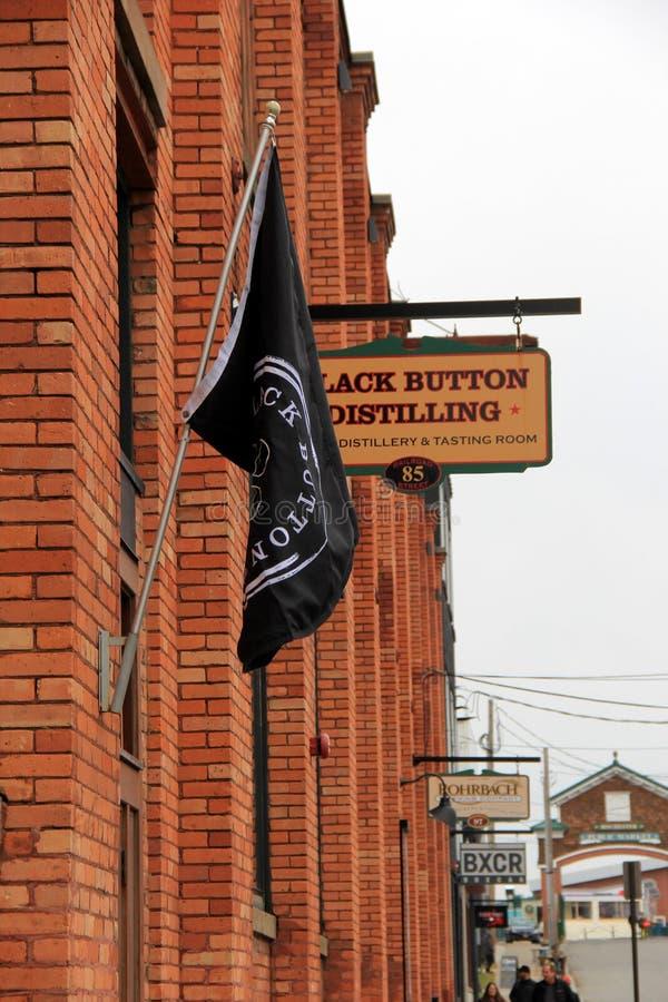 Фронт кирпича здания которое расквартировывает популярное выпивая пятно, черной кнопки дистиллируя, Rochester, Нью-Йорка, 2017 стоковые изображения rf