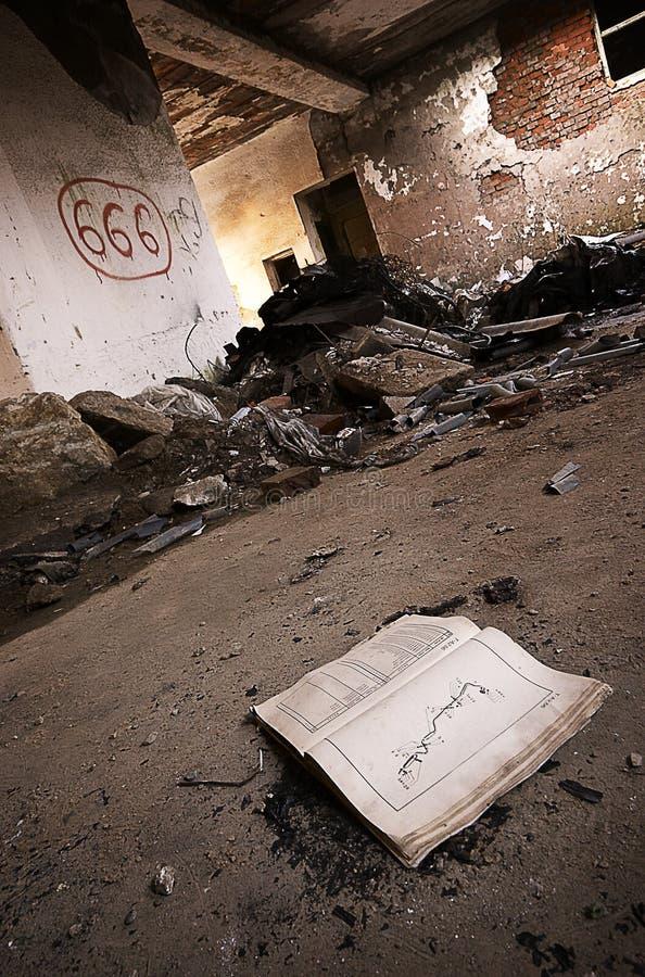 фронт книги раскрыл символ satans стоковые фото
