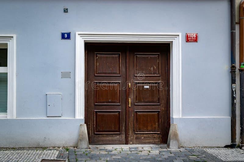 Фронт минималистского голубого дома в Праге стоковые изображения