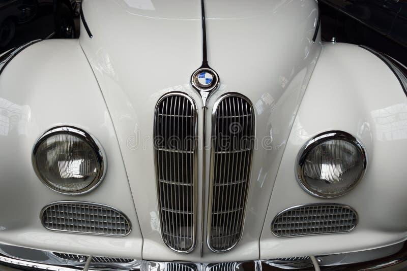 Фронт полноразмерного роскошного автомобиля с откидным верхом BMW 502 автомобиля стоковая фотография rf