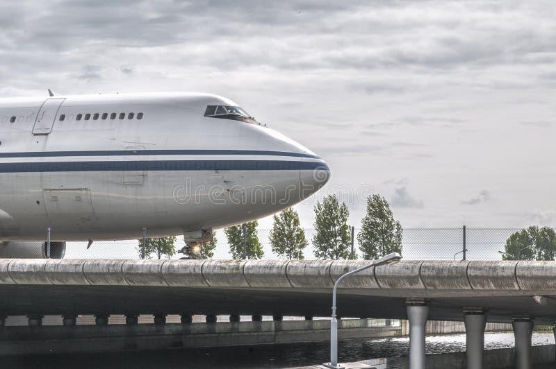 Фронт самолета управляя над мостом взлётно-посадочная дорожка стоковые изображения