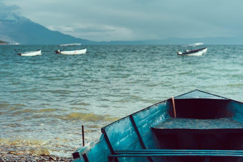 Фронт старой шлюпки на береге озера Ohrid стоковые изображения rf