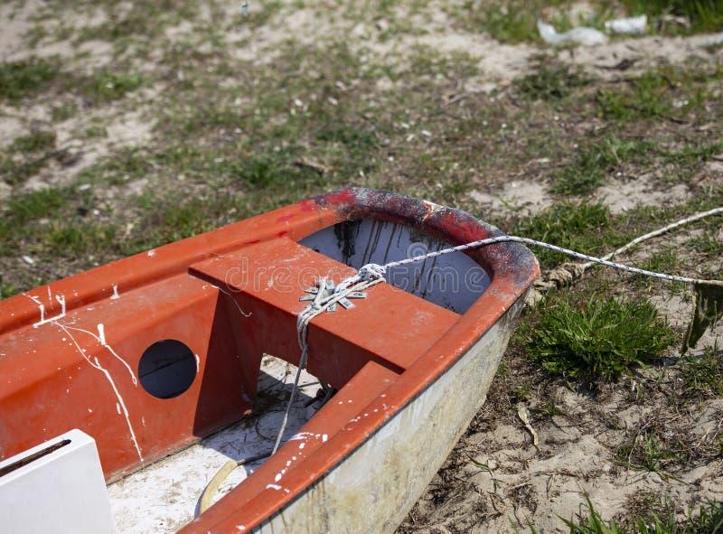 Фронт старой шлюпки на песчаном пляже, Греции стоковые фотографии rf