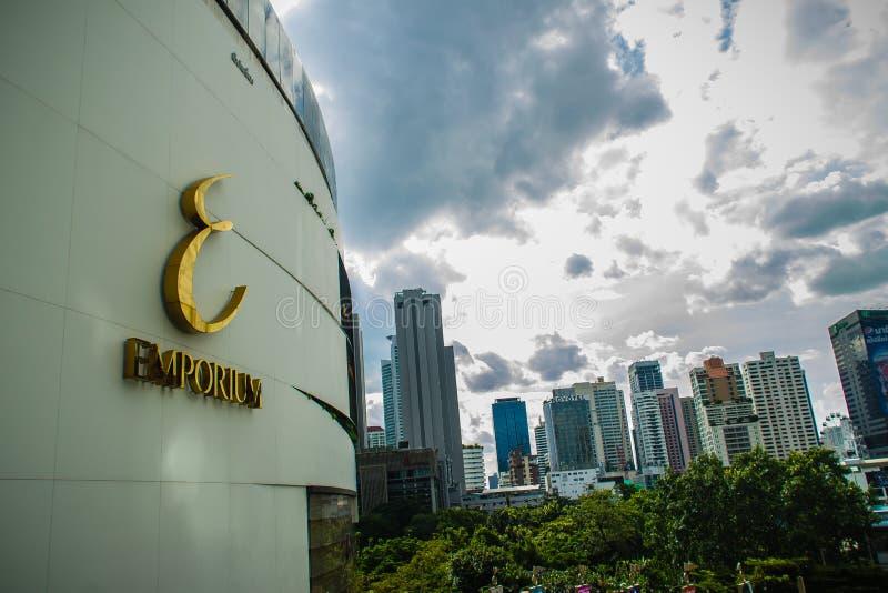 Фронт торгового центра Emporium в Бангкоке Оно раскрыло в 1997, имело и работало группой мола, которая также приводится в действи стоковое фото rf