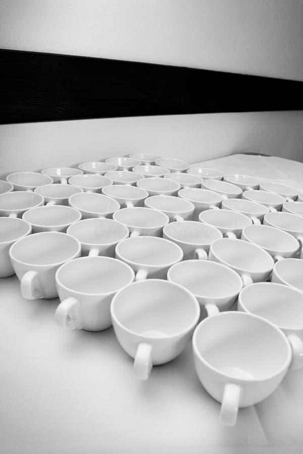 фронт фокуса чашек кофейной чашки мечтательный имеет смотреть фото мягкое стоковое фото