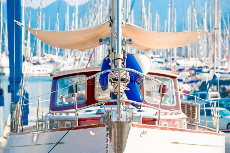 Фронт яхты мотора в порте стоковое фото