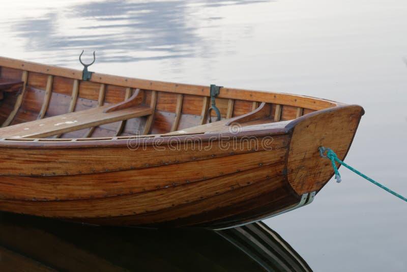 Фронт rowboat в спокойной воде в гавани стоковые изображения