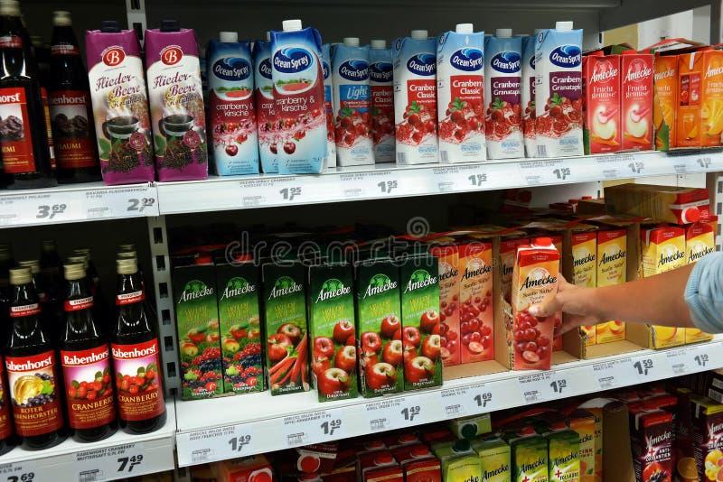 Фруктовые соки в магазине стоковые изображения rf