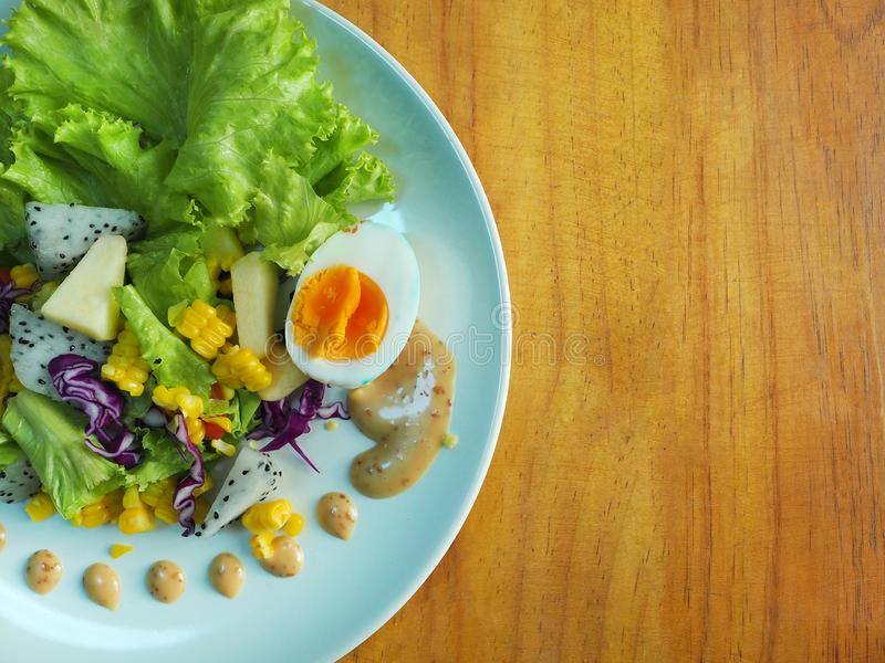 Фруктовый салат и заправка для салата с деревянной предпосылкой стоковая фотография