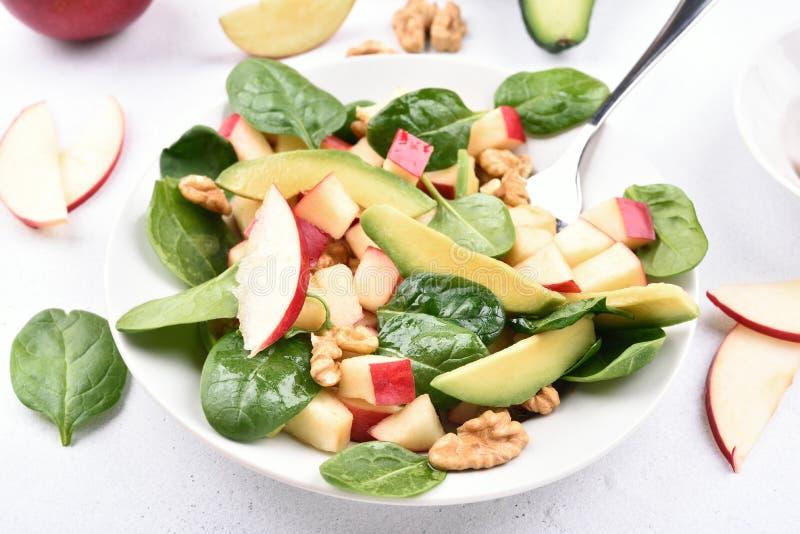 Фруктовый салат от яблок, авокадоа, шпината и гаек стоковое изображение rf