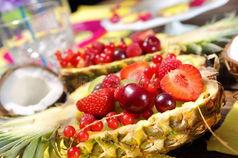 Фруктовый салат в ананасе на гаваиской партии стоковое изображение rf