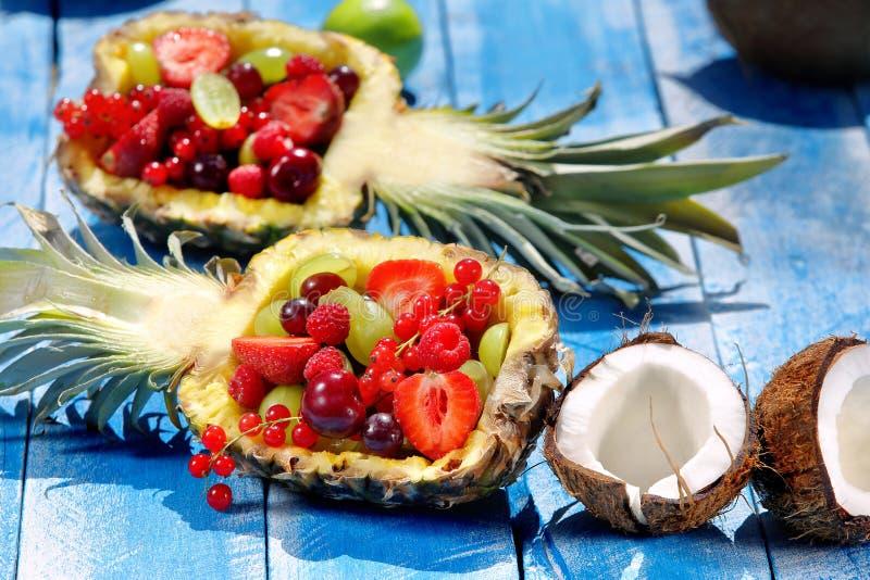 Фруктовый салат в ананасе на голубой деревянной предпосылке стоковое фото