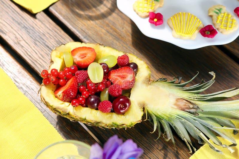 Фруктовый салат в ананасе на деревянной предпосылке стоковые фото