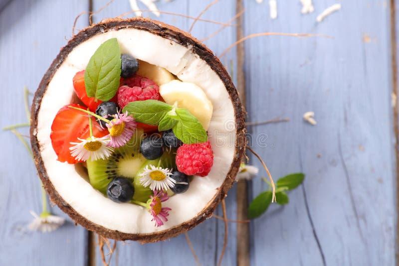 Фруктовый салат в кокосах стоковое фото