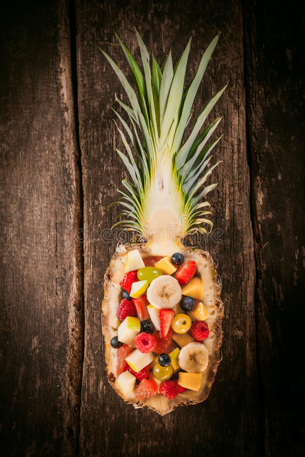 Фруктовый салат, который служат в высекаенном ананасе стоковое фото rf