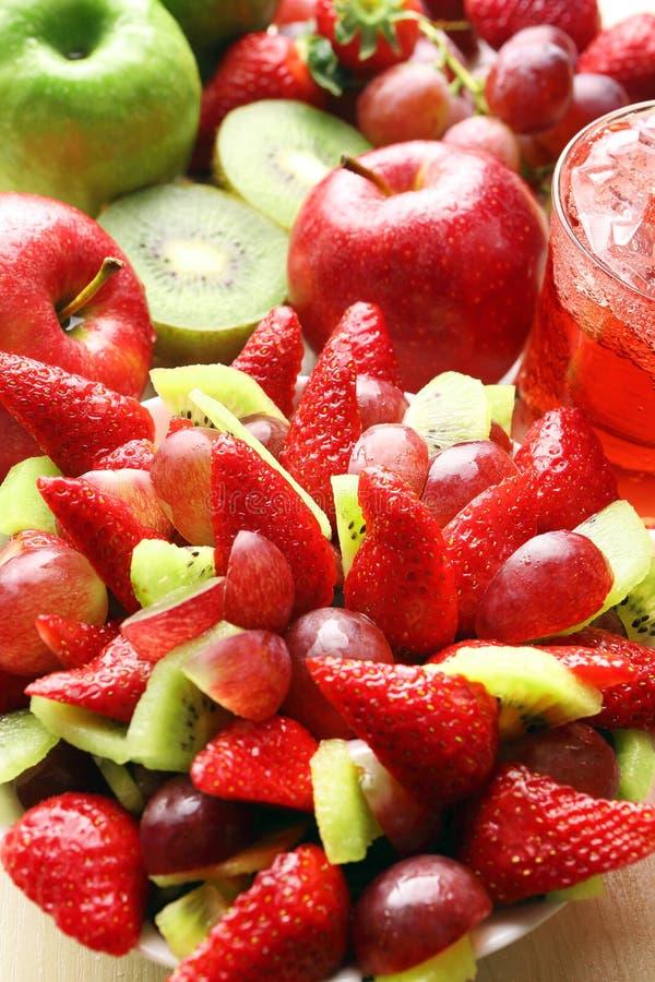 Фруктовый салат с клубниками, виноградинами и кивиом стоковое фото rf