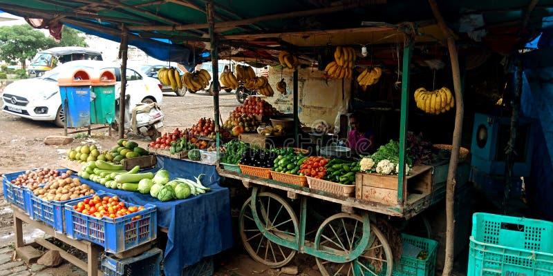 Фрукты и овощи вручают магазин экипажа стоковые фотографии rf