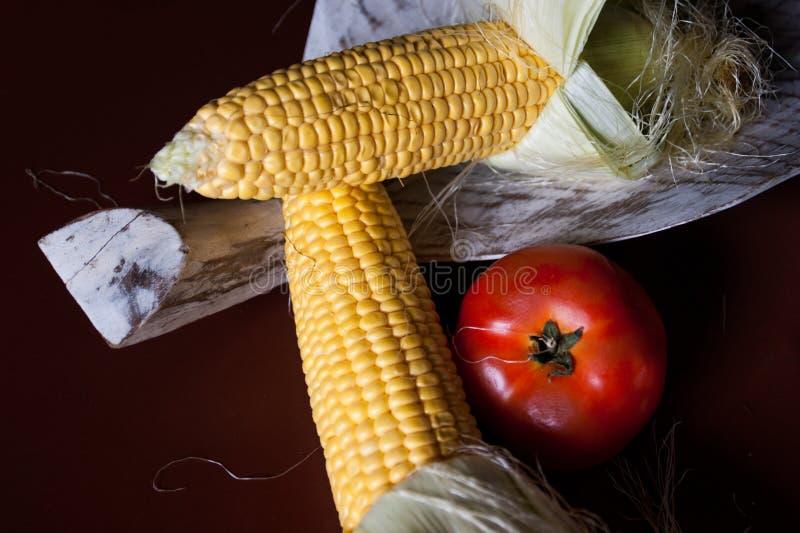 Фрукты и овощи на деревянной предпосылке стоковые изображения rf